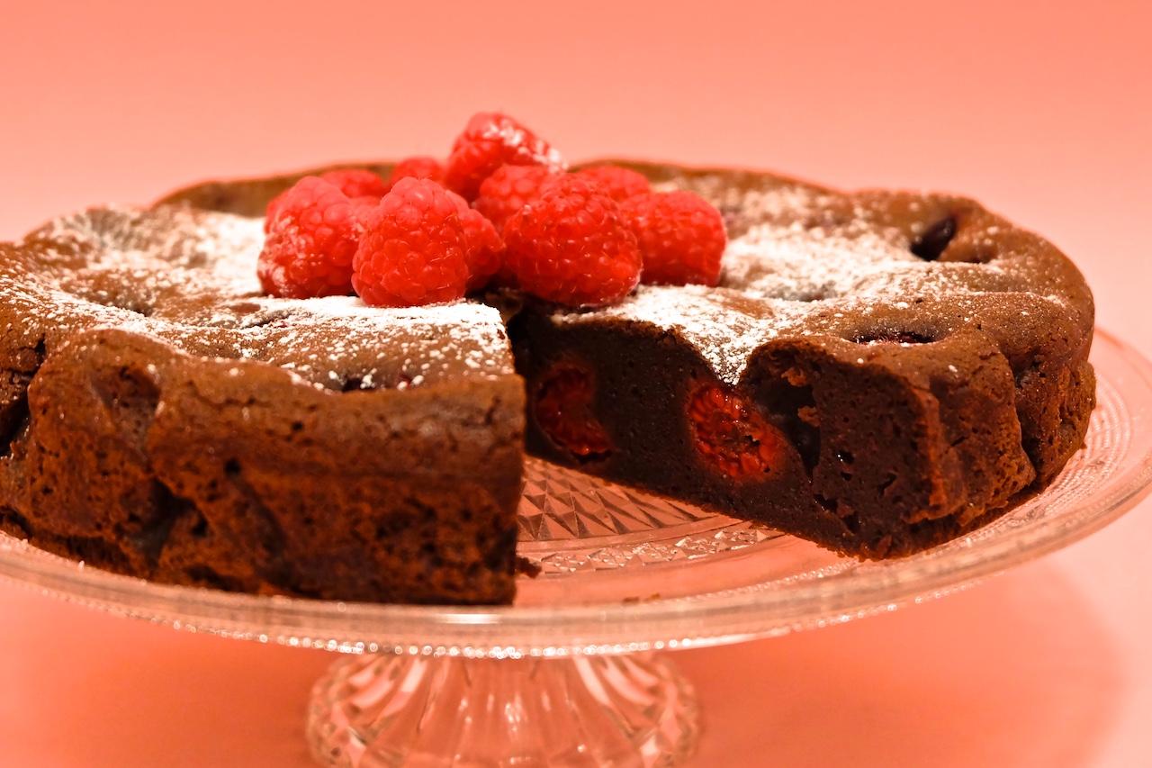 Čokoladni kolač z malinami